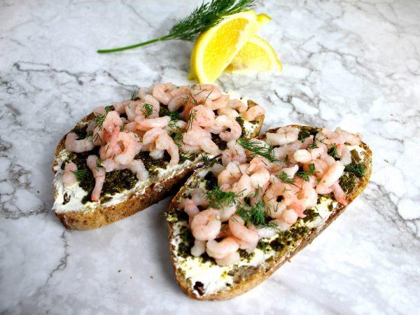 Tartines aux crevettes nordiques, pesto d'algue Kombu et fromage à la crème