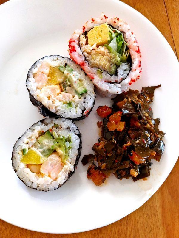 Sushi et salade d'algues