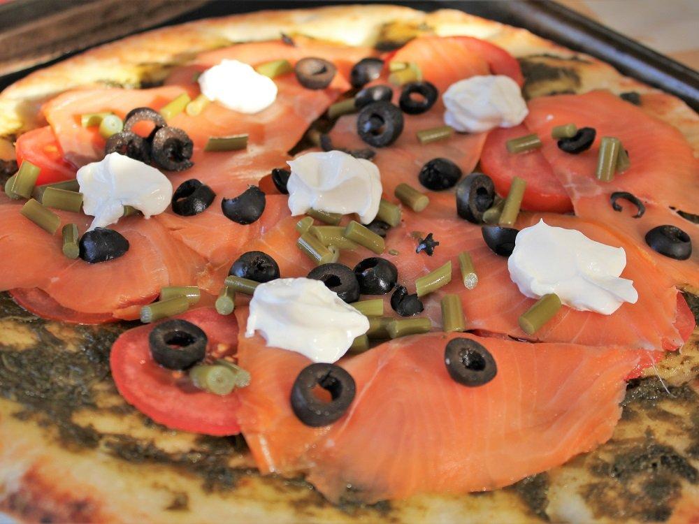 Une délicieuse pizza au saumon fumé et algues pour un souper rapide et parfait